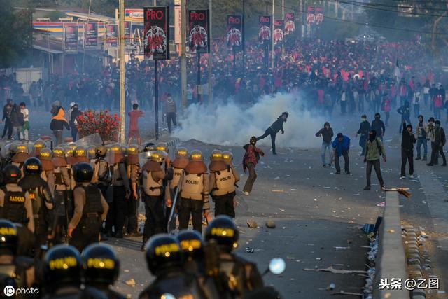 印尼欲通过禁止未婚同居和性行为法案,数千人示威与警方发生冲突