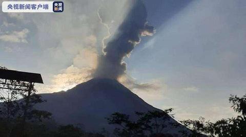 印尼莫拉比火山喷发 火山灰高达1500米