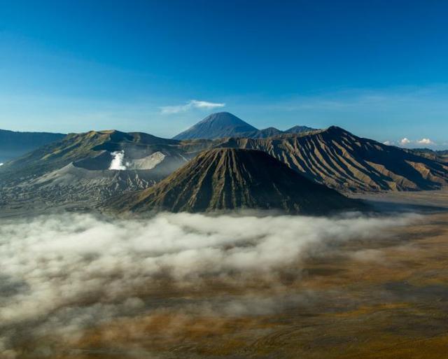 """印尼的""""高冷""""火山,夜晚流淌着蓝色岩浆,当地人却靠它卖钱"""
