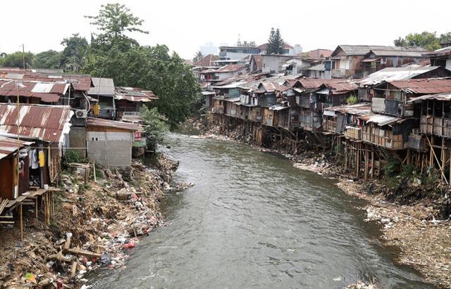 印尼6旬老妇靠捡废品将5个孩子养大,结果儿女成家后都不管她