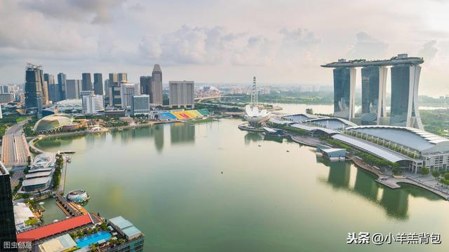 身家近千亿的海底捞创始人,移民新加坡成首富,原来海底捞是外企