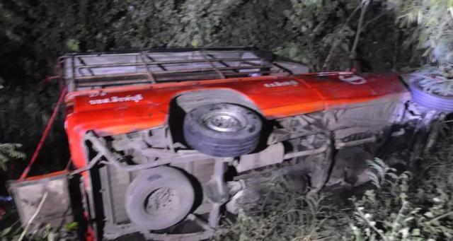 泰国满载旅游巴士侧翻 致16名新加坡游客受伤