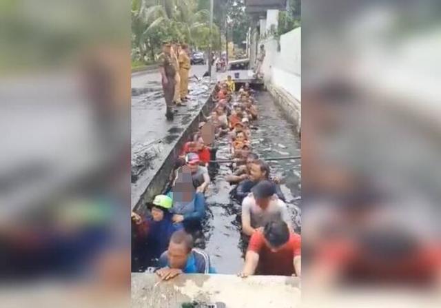 印尼政府部门要求员工蹲臭水沟才能续签合同,市长辩解:玩笑而已