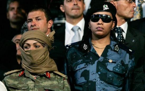卡扎菲的漂亮女保镖,随访意大利时:贝卢斯科尼都看个不停
