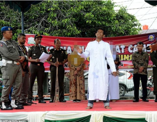 印尼男子因婚前性行为被处鞭刑,当众打晕,500名围观者拍手叫好