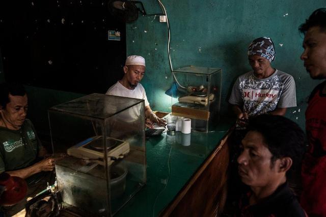 贫困中别无出路,印尼非法采金者饮鸩求生