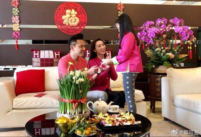 郭可盈新年晒全家福温馨有爱,女儿津津给父母敬茶懂事又礼貌