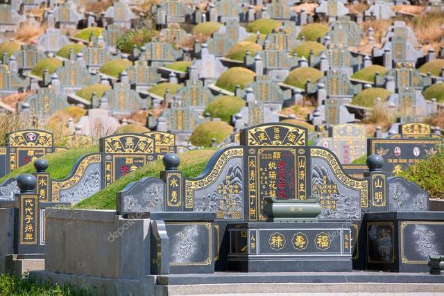 气愤!印尼女孩竟坐华人墓碑上摆拍,网友好意提醒删除却被忽视