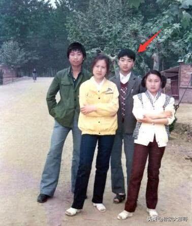 """刘强东能""""白手起家""""? 看到年轻的照片,网友:成功不是没有理由"""