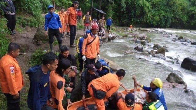 印尼男子开车坠崖致车内35人死亡,其父称儿子出事前行为反常