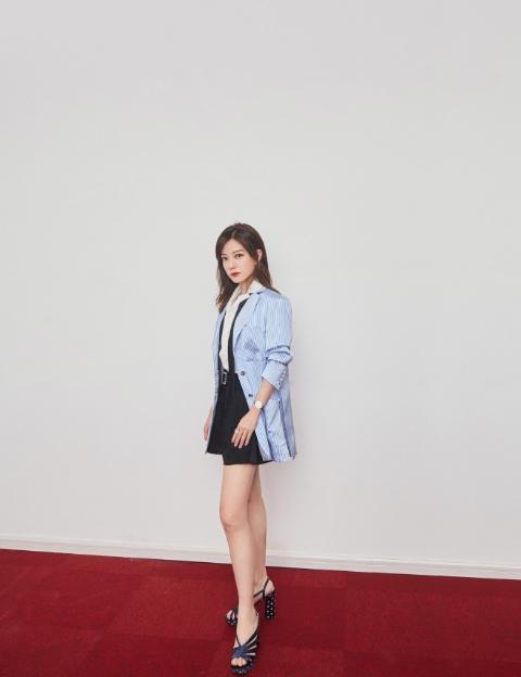 赵薇穿蓝色外套出席东方卫视春晚,与古巨基苏有朋重聚,都是回忆