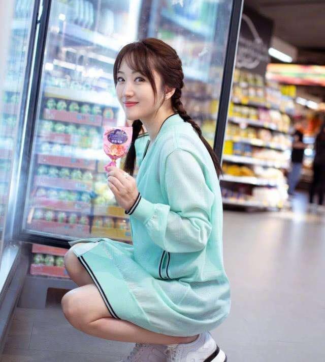 歌 手   杨钰莹(49岁)