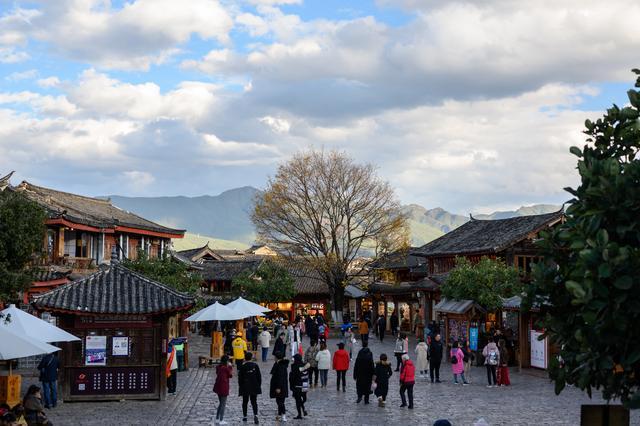 四方街,丽江古城中游客最集中的地方,交通四通八达晚上特别热闹