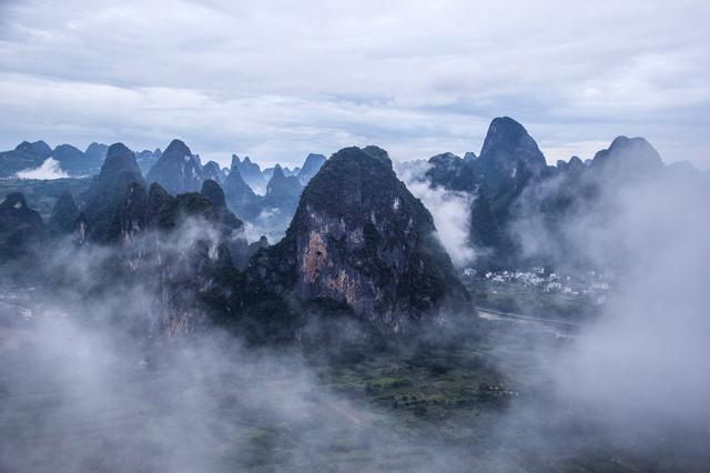 阳朔有名的野景点,山路崎岖游客不断,俯瞰壮美漓江风光无需门票