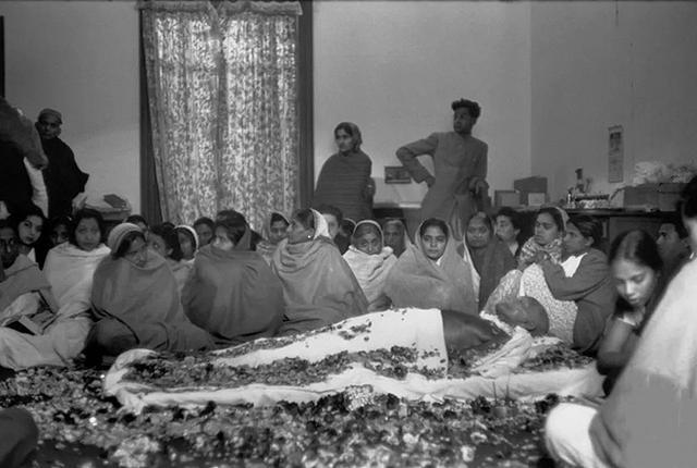 圣雄甘地火化现场:百万人送行,多名妇女自愿殉葬