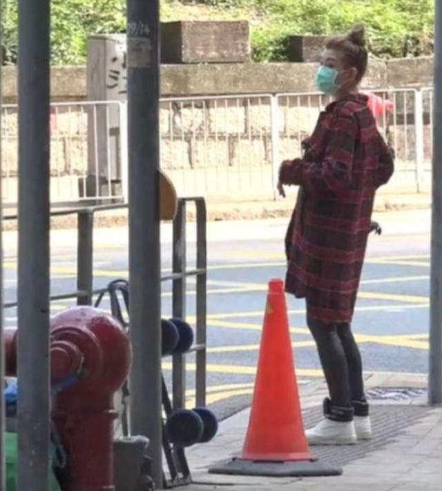 37岁李彩桦住豪宅开豪车,与老公恩爱逛超市,香港网友:表面风光