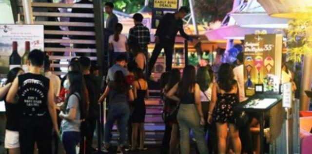 新加坡关闭娱乐场所前出现聚众消费 招致大量谴责