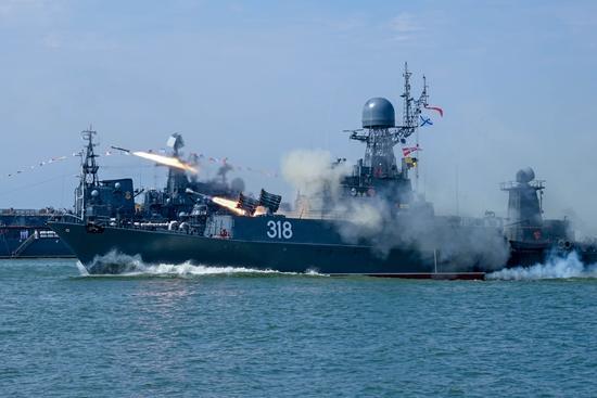 美军焦头烂额,俄组罕见规模舰艇编队敲打日本,专家:最佳时机