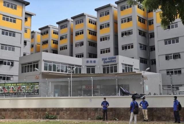 蟑螂满地、尿液四溢、隔离2万多外来劳工的新加坡宿舍长这样
