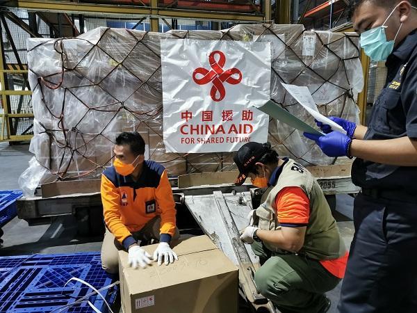 中国援助印尼抗击新冠肺炎疫情首批物资运抵雅加达