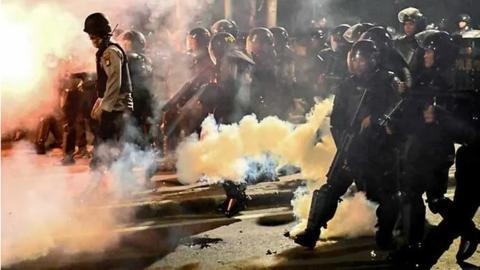 印尼大选结果引发骚乱 示威者纵火警察放催泪弹