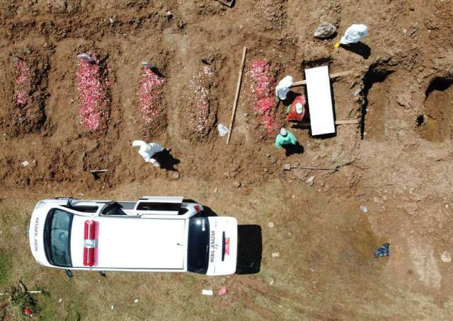 印尼一村庄被封锁:对死于新冠的村民施行沐浴礼后,15人一起中招