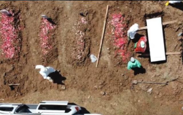 印尼村民给尸体进行沐浴仪式 致15人确诊