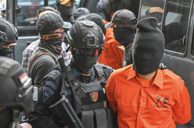 印尼骚乱8死737伤:仇华谣言蔓延,华人有的在家避难,有的被迫出国
