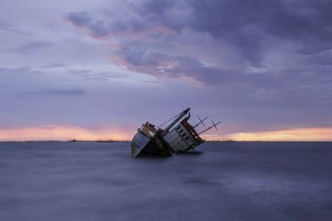 印尼一艘军舰在东爪哇海域沉没 未造成人员伤亡