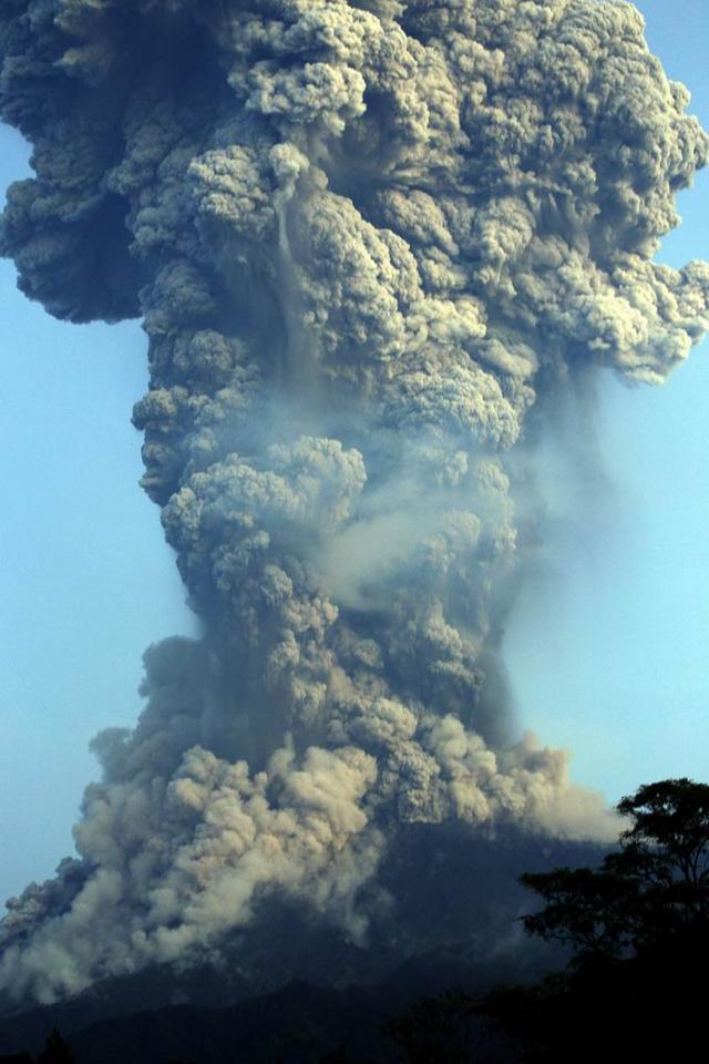 民众紧急撤离!印尼一火山爆发,火山灰柱高达6千米