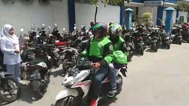 印尼一医院扣下男婴遗体要求支付医疗费,摩的司机组队助家属抢尸