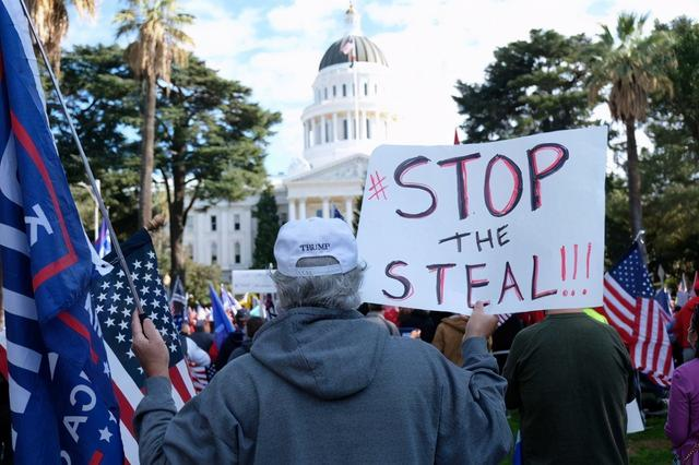美国乱了!百万民众上街抗议,特朗普现场声援,一夜发生数起混战