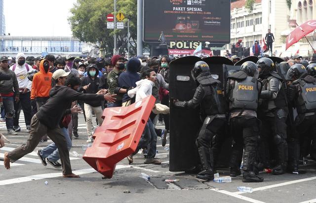 """印尼改革捅了""""马蜂窝"""",每天100万人上街游行,警民爆发激烈冲突"""