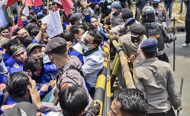 印尼爆发示威游行,抗议者愤怒控诉:政府和外国联手窃取我的财富