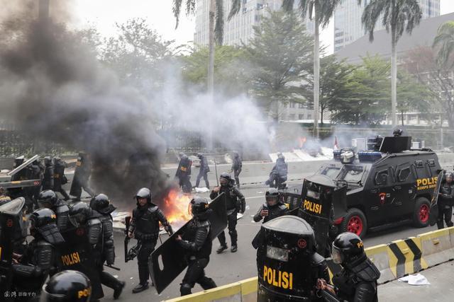 印尼单日新增新冠确诊病例创新高 连日示威或加剧疫情