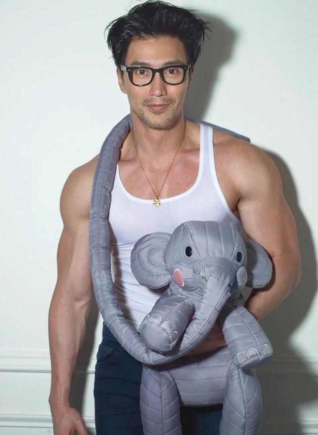 他今年54岁,出生于新加坡,身材壮硕,肌肉明显,知道是谁吗?