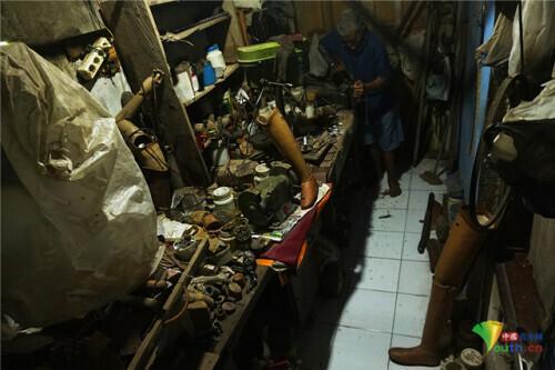 印尼71岁大爷身残志坚 制作义肢献爱心