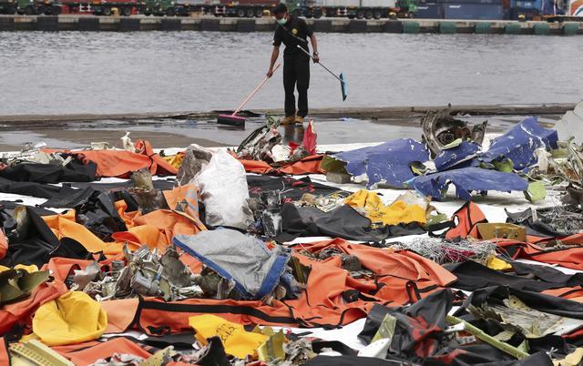 印尼失事客机打捞工作持续进行