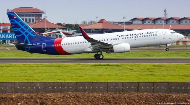 印尼噩耗再次传来,波音737客机高度断崖下降超1万英尺,飞机成碎片