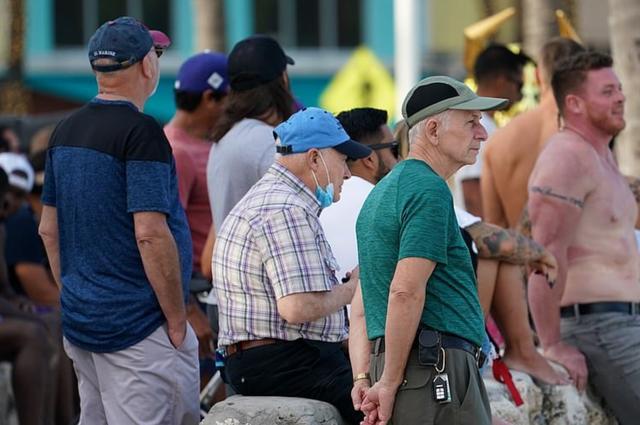 美国民众可真自由,虽疫情致死超35万人,仍在聚众狂欢