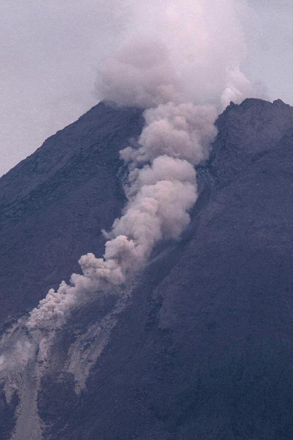 印尼默拉皮火山继续喷发