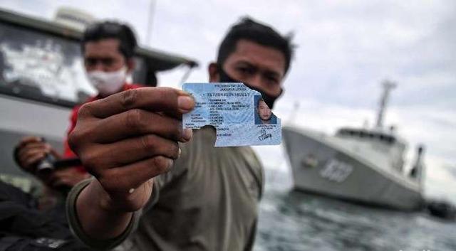 印尼失事客机部分残骸和大量乘客物品被打捞上岸