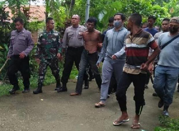 印尼9岁男童,为保护28岁母亲不被伤害,遭凶手连砍9刀致死