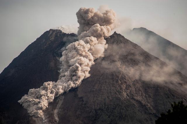 印尼:喷发的默拉皮火山