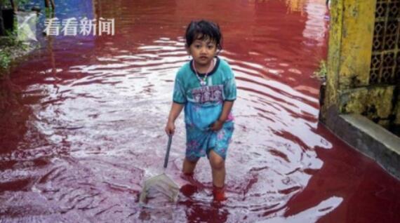 """印尼蜡染厂被洪水淹没 村庄沉浸在""""血海""""之中"""