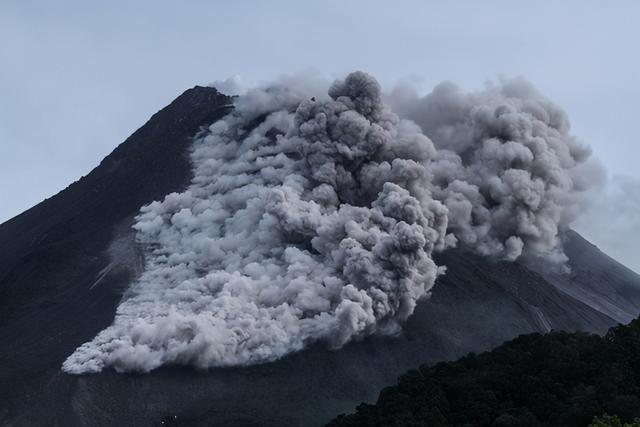 印尼火山一天狂喷30次 惊见岩浆河流出 30公里外都能听见