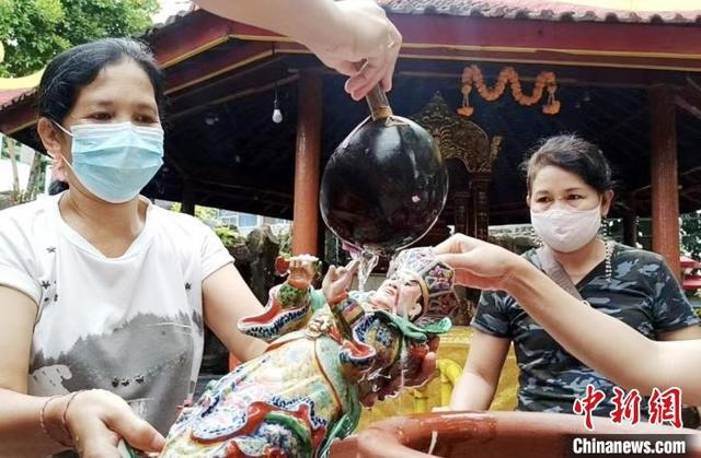 """印尼严重疫情中的别样""""年味""""(图)"""