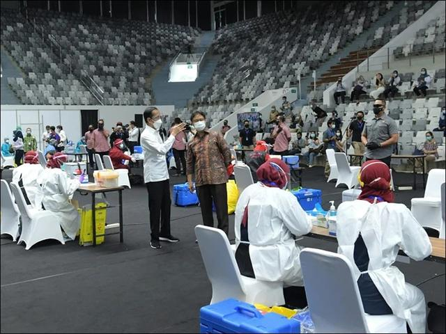 印尼总统佐科维视察医护人员接种新冠疫苗现场