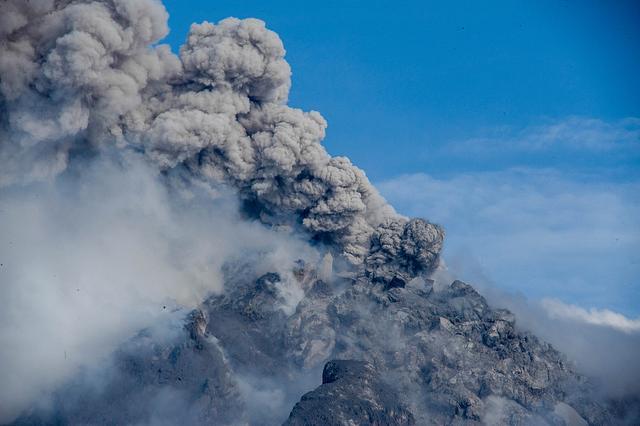 印尼锡纳朋火山再度喷发 冒出滚滚浓烟