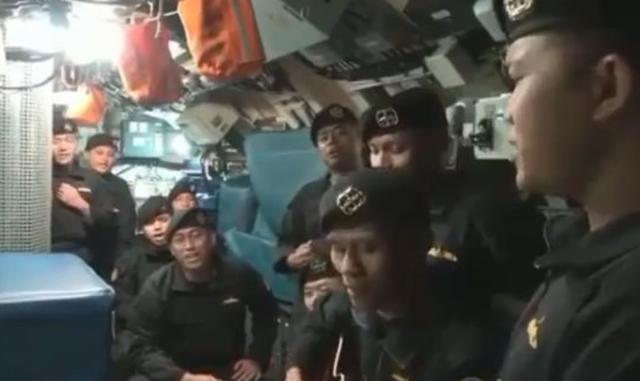 """印尼失事潜艇裂成三截 船员生前曾合唱""""我们改日再会"""""""